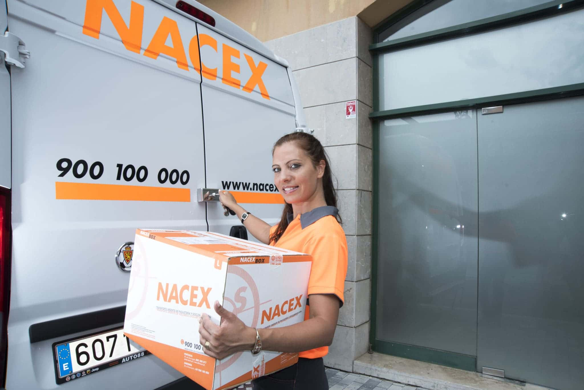 nacex worker delivering packages