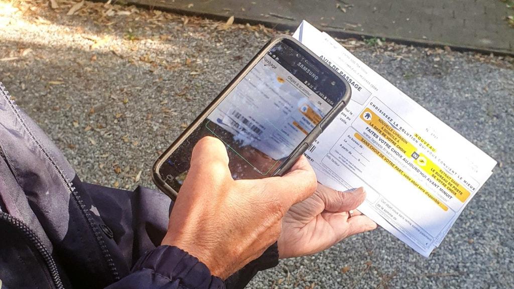 スマートフォンで配達伝票のバーコードを読み込む